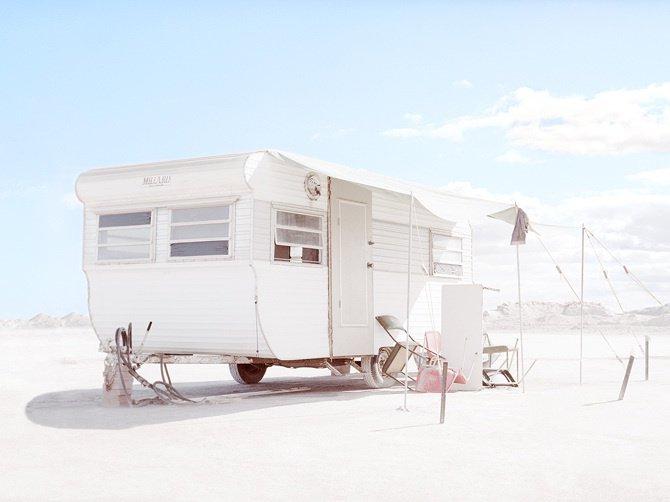 Caravane au milieu d'une mine de sel en Australie