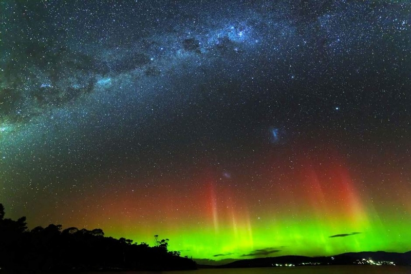Aurore Australe Australie rouge et verte avec la voie lactée